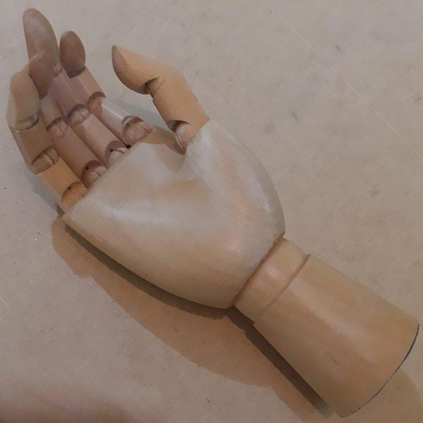 Drevená ruka - pomôcka na kresbu